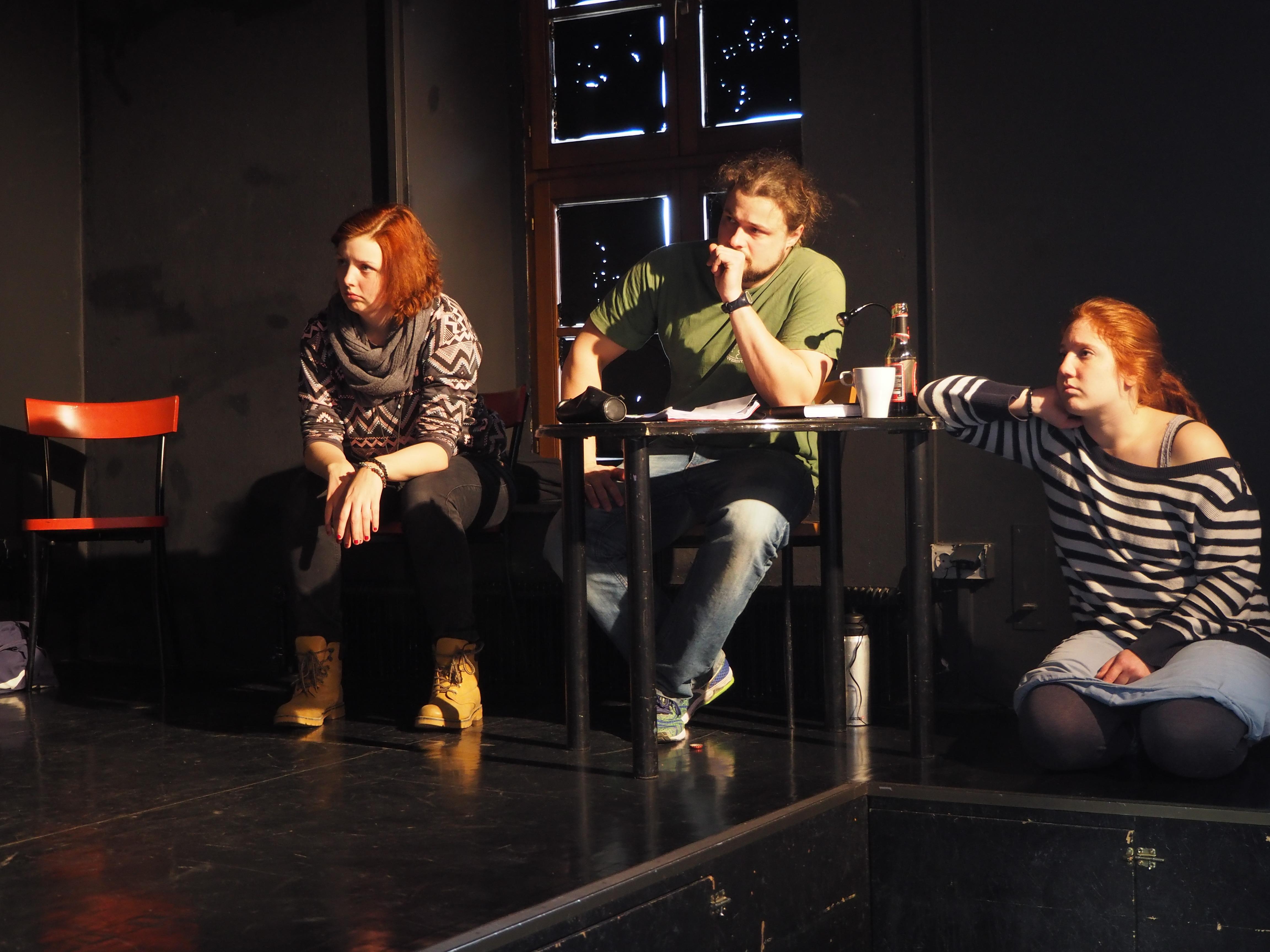 """Der Regisseur, eine Schauspielerin und Assistentin in """"6 Personen suchen einen Autor"""" von Luigi Pirandello"""