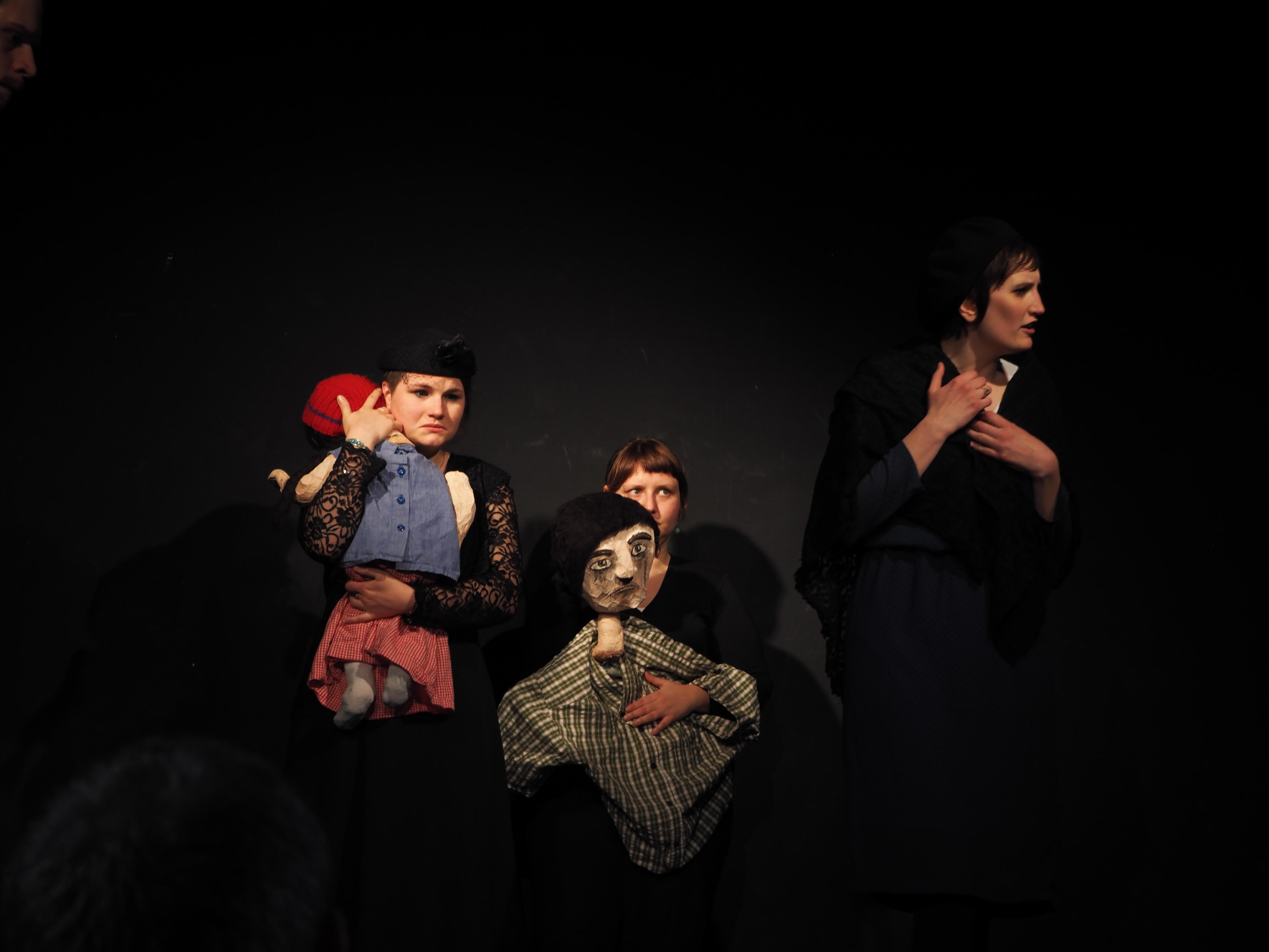 """Die Stieftochter und die Mutter mit den beiden Kindernin """"6 Personen suchen einen Autor"""" von Luigi Pirandello"""