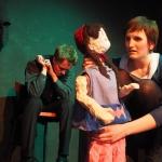 """Die Stieftochter mit einem Kind und dem Sohn in """"6 Personen suchen einen Autor"""" von Luigi Pirandello"""