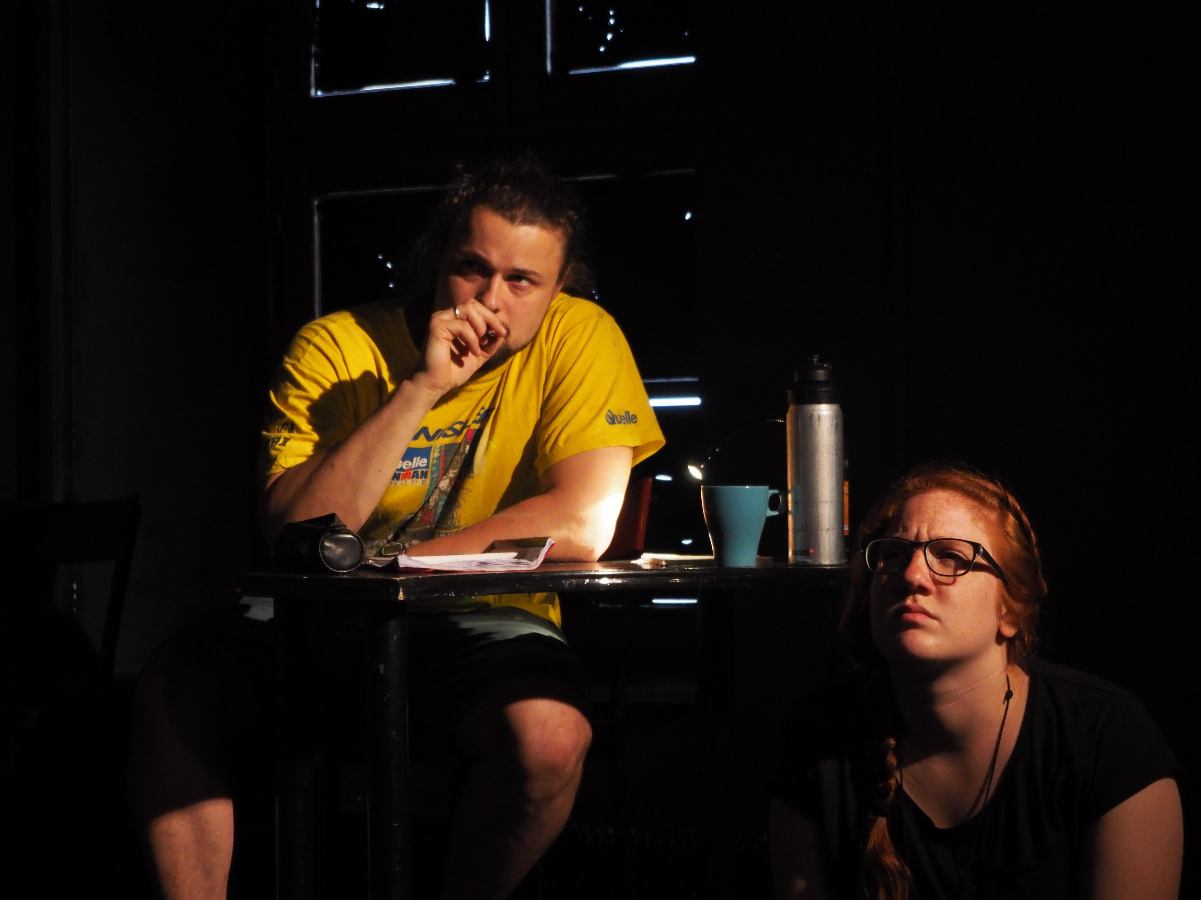 """Der Regisseur und eine Schauspielerin in """"6 Personen suchen einen Autor"""" von Luigi Pirandello"""