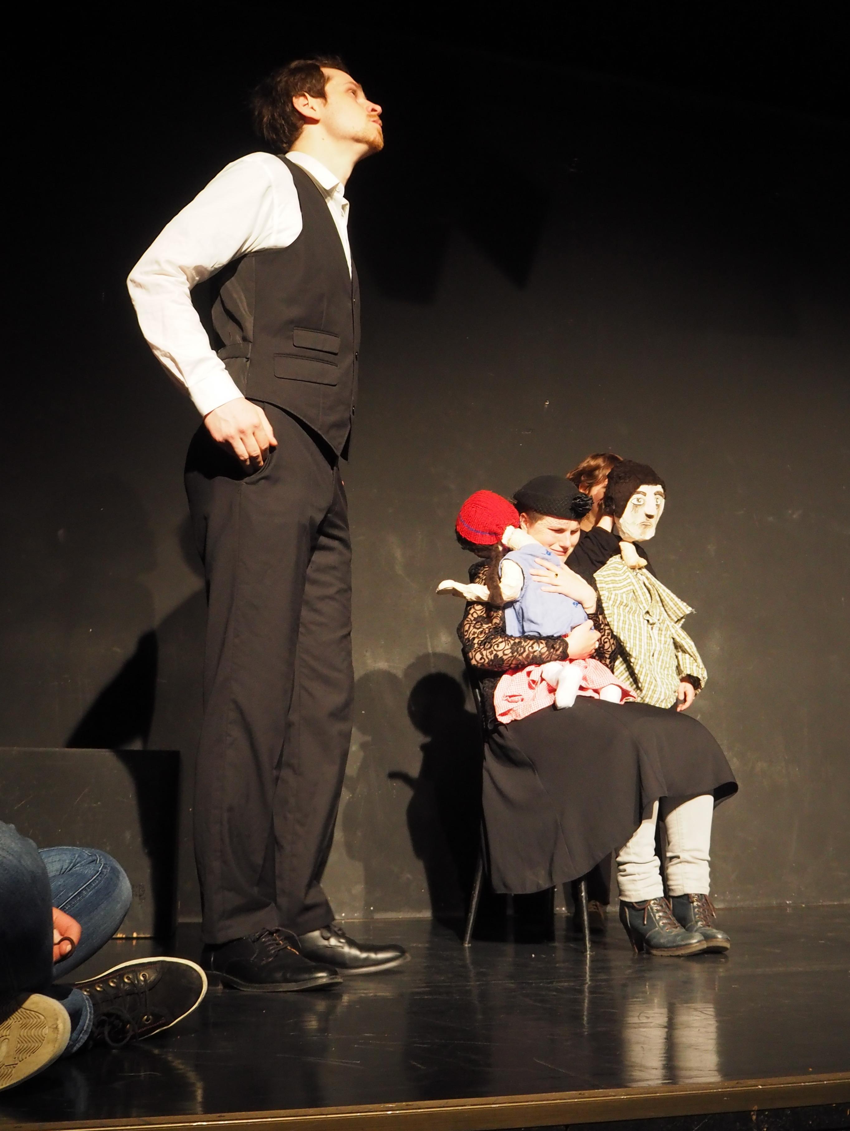"""Der Vater und die Mutter mit den beiden Kindern in """"6 Personen suchen einen Autor"""" von Luigi Pirandello"""