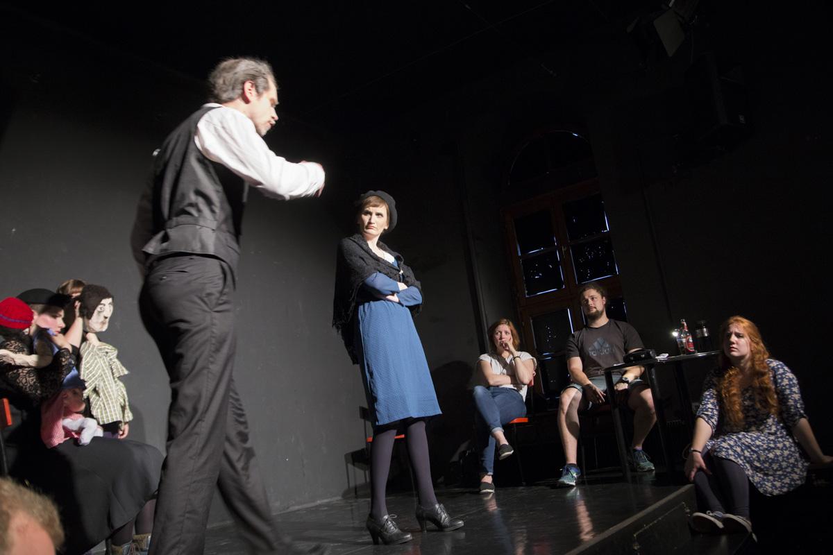 """Der Vater und die Stieftochter mit den Schauspielern in """"6 Personen suchen einen Autor"""" von Luigi Pirandello"""