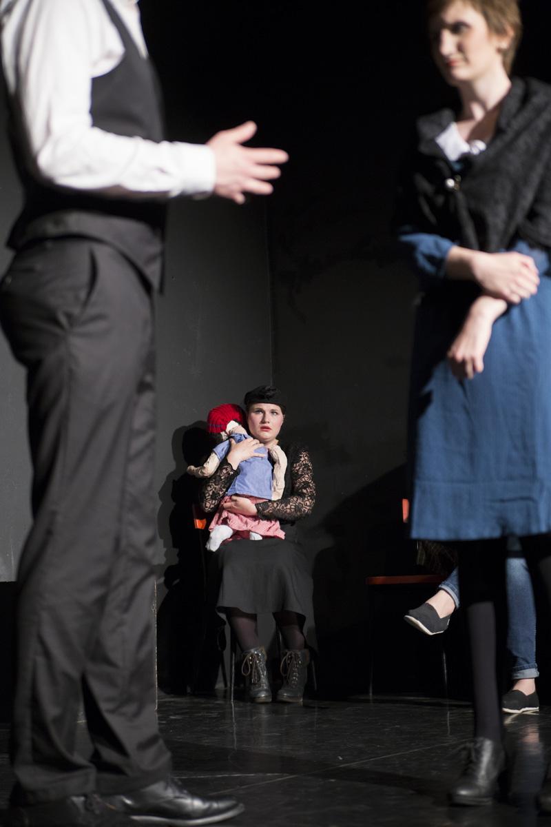 """Die Mutter mit einem Kind in """"6 Personen suchen einen Autor"""" von Luigi Pirandello"""