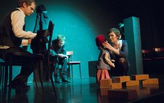 """Der Sohne und die Stieftochter mit dem Kind dem Vater in """"6 Personen suchen einen Autor"""" von Luigi Pirandello"""
