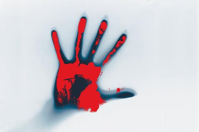 Eine blutige Hand am Fenster.
